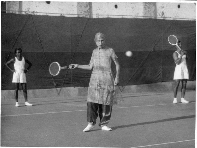श्रीअरविंद आश्रम की श्री माँ टेनिस खेलते हुये