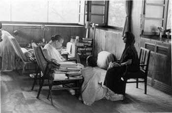 श्रीअरविंद आश्रम की श्रीमाँ इन्दिरा गांधी के साथ