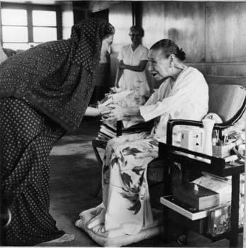 श्रीमती इन्दिरा गांधी श्रीमाँ के साथ